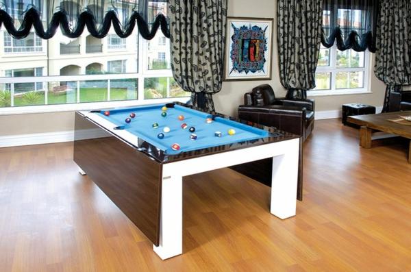 weißer-Billardtisch-Holz-blaue-Spielfläche-schwarzer-Sessel-Gardinen