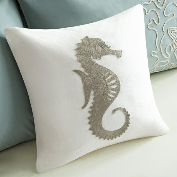 weißer-kissen-mit-grauem-seepferd-seepferd-deko-ideen-dekoration-hausdeko-ideen-mit-seepferd
