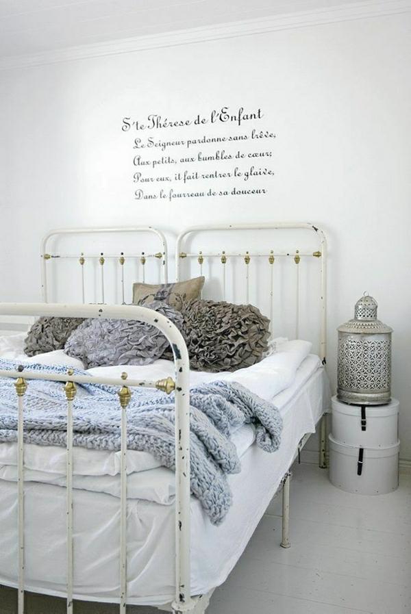 weißes-Einzellbetten-Schmiedeeisen-Kissen-Pullover-Wand-Anschriften
