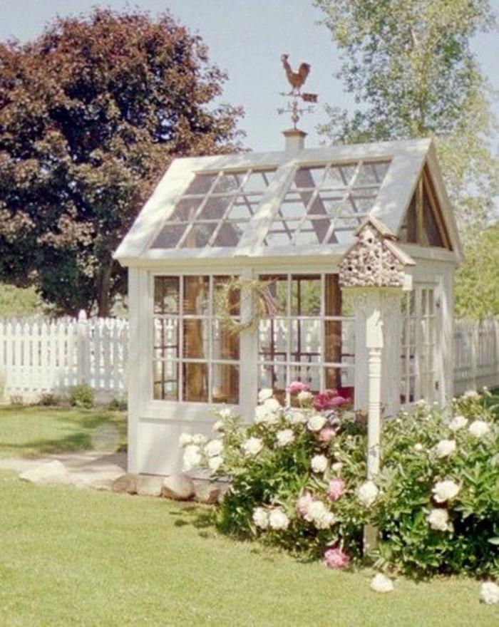 weißes-Gartenhaus-Blumen-Vögelhaus-Wetterhahn