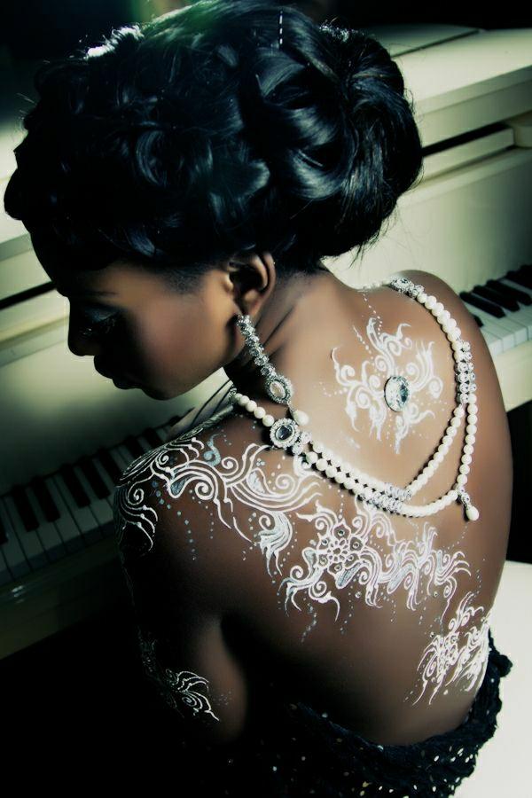 weißes-Henna-Rücken-Tattoo-Perlenkette-Ohrringe-schwarze-Haaren-Frisur