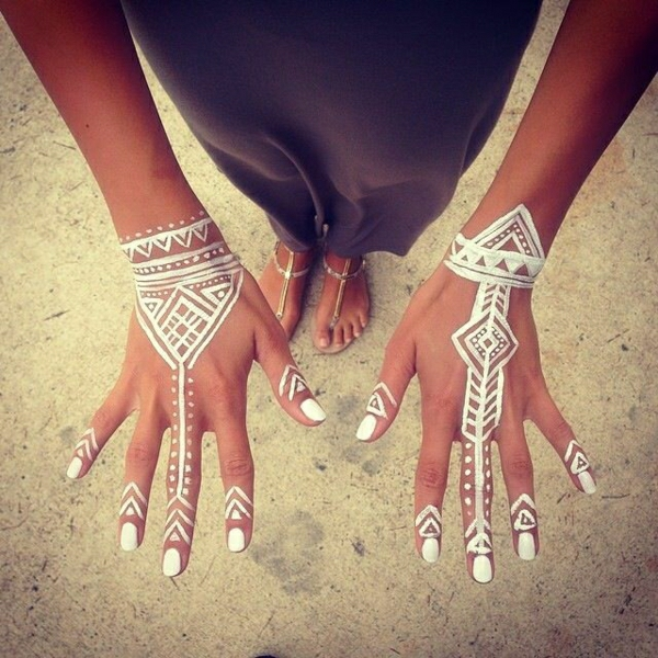 weißes-Henna-Muster-Tattoo-weißer-Nagellack-Füße-Kleid