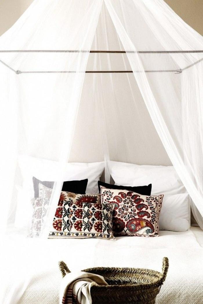 weißes-Schlafzimmer-Baldachin-Boho-Kissen