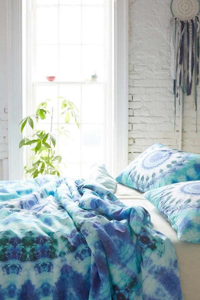 weißes-Schlafzimmer-Boho-Bettzeug-Traumfänger-an-der-Wand