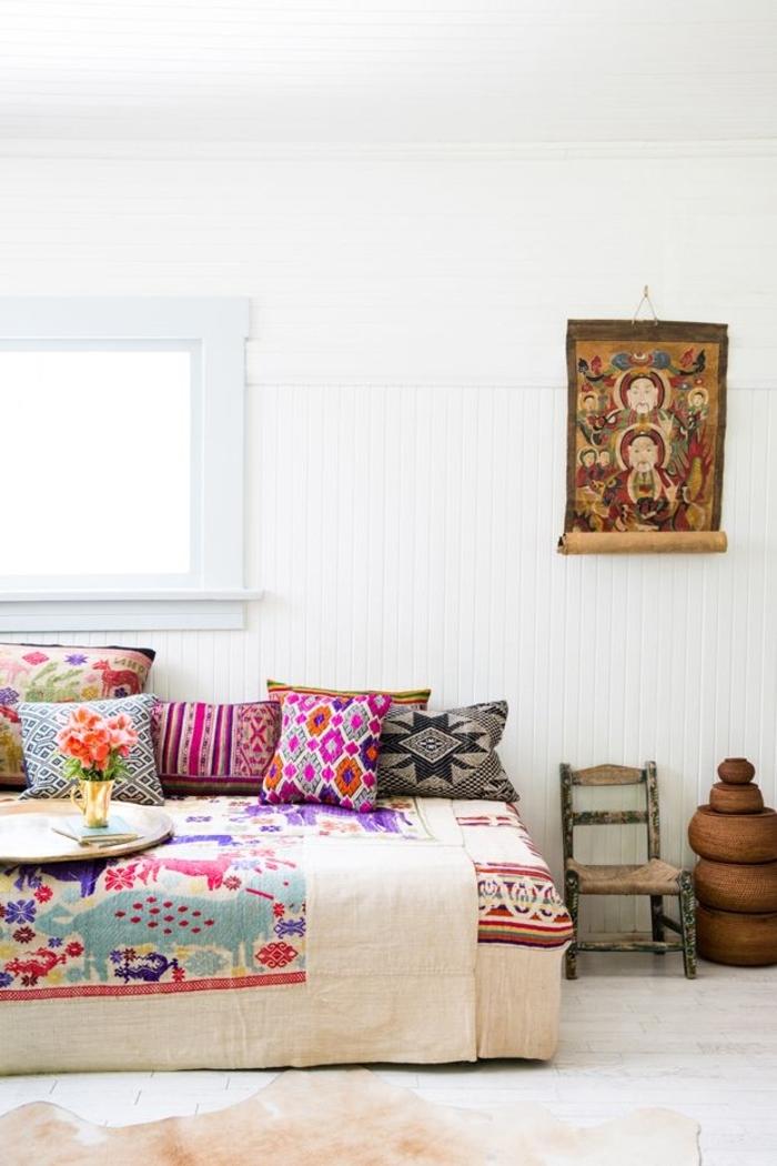 weißes-Schlafzimmer-farbiges-farbiges-Bettzeug-Boho-Stil
