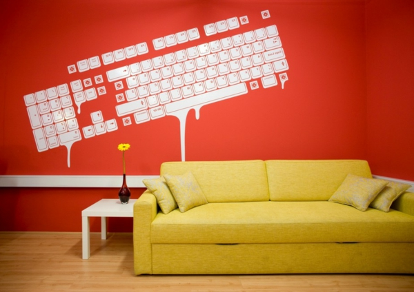 Rote Wand Mit Weissem Wandtatto Und Gelbes Sofa