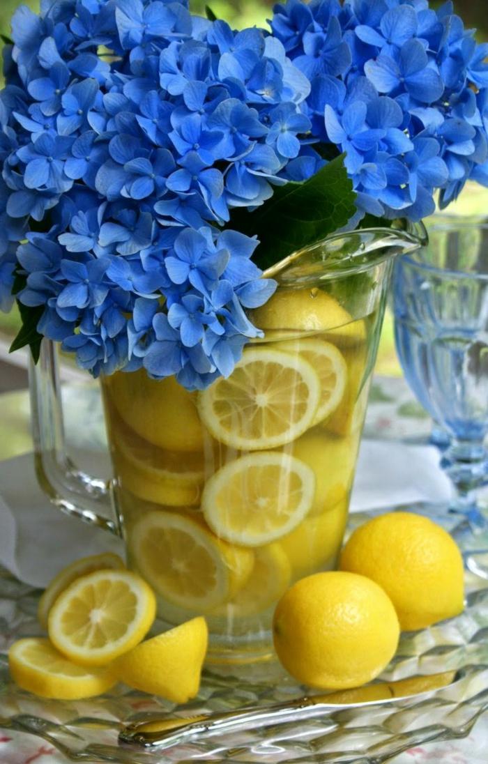zitronen-deko-blaue-blumen-und-zitronen-im-wasser