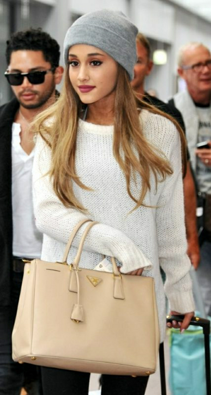Ariana-Grande-Prada-Tasche-beige