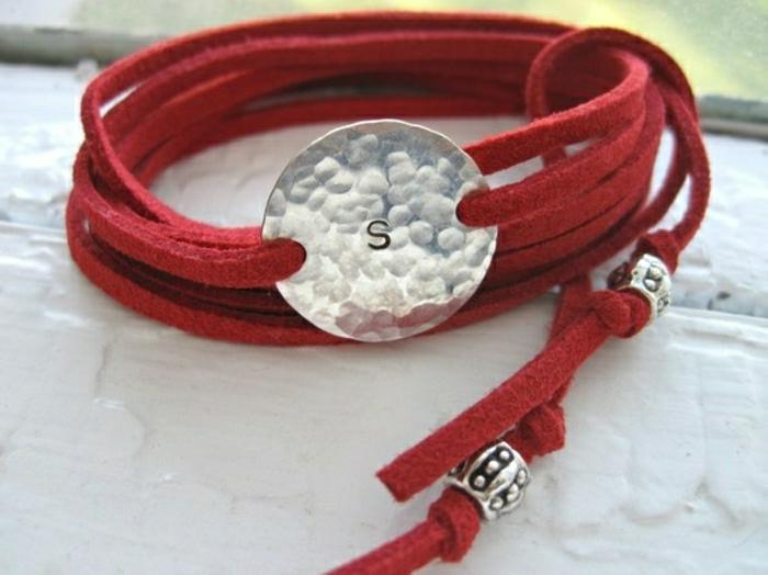 Armbänder-mit-Gravur-rot-Buchstabe