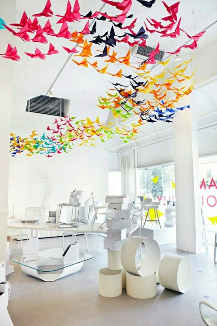 Büro-Raum-hängende-Deko-Zimmerdecke-bunte-Origami-Kraniche