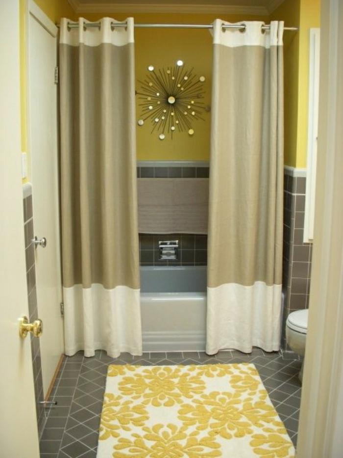 Badezimmer-Dusche-Badewanne-Gardinen-beige-golden-Wand-Dekoration-Teppich-gelbe-Wände