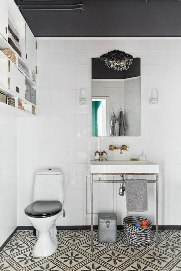 Badezimmer-Malmö-skandinavischer-Stil-weiße-Wände-schwarze-Zimmerdecke-Rattankörbe-Kristalle-Kronleuchter