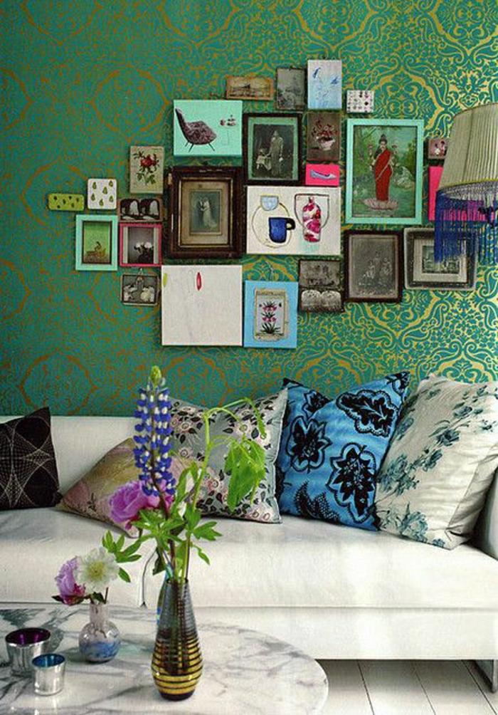Barock-Stil-Tapete-grüner-Grundton-goldene-Ornamente-viele-Kissen-Bilder
