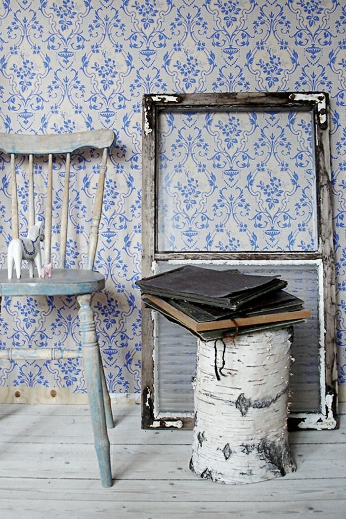 Barock-Tapete-weiß-blau-alte-Vintage-Möbel