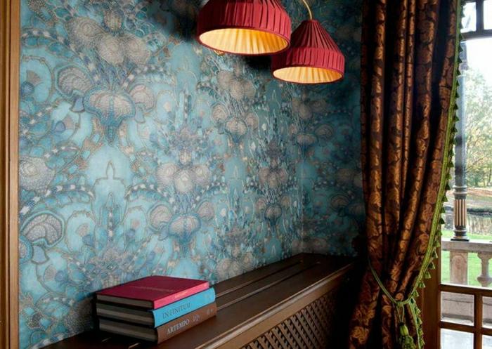 Barock-Tapete-blau-Gardinen-rote-Leuchten-Bücher