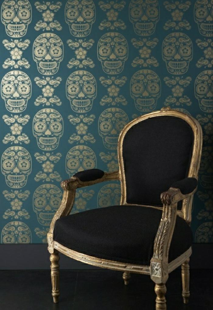 Barock-inspirierte-Tapete-türkisblau-goldene-Schädel