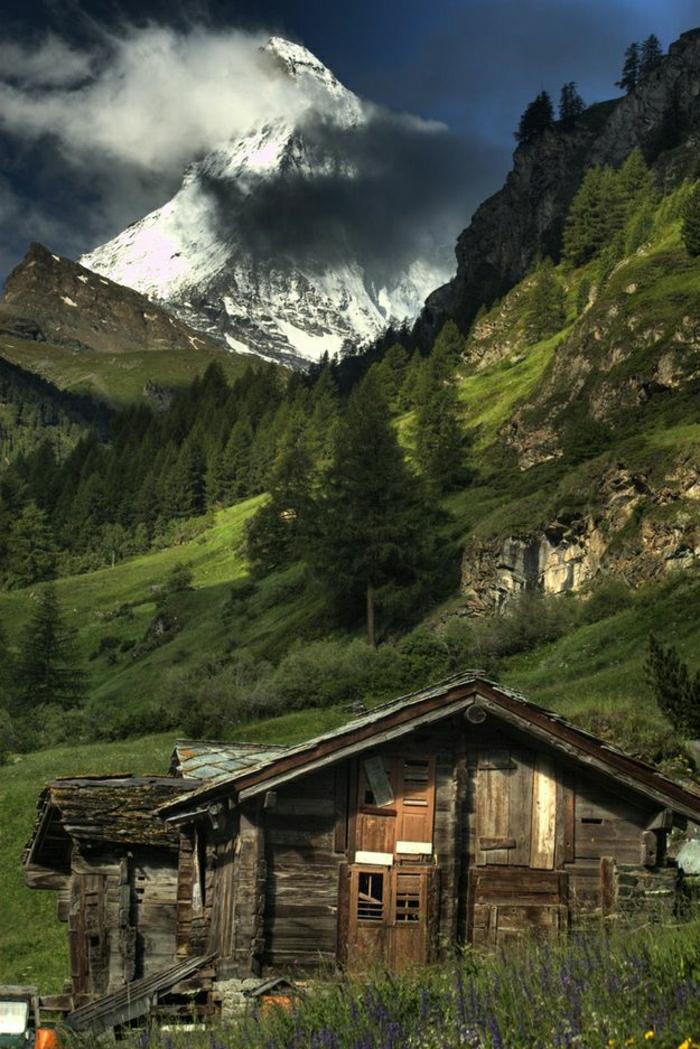 Berghütte-Holz-Wald-Spitze-Schnee-Wolken