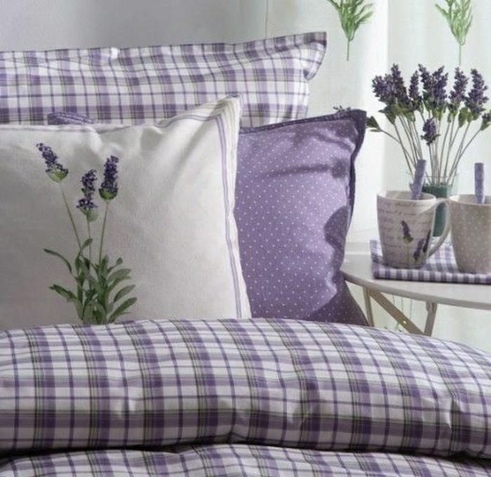 Bett-Landhausstil-lila-Bettwäsche-Lavendel-Farbe-weiß-Kaffeetassen