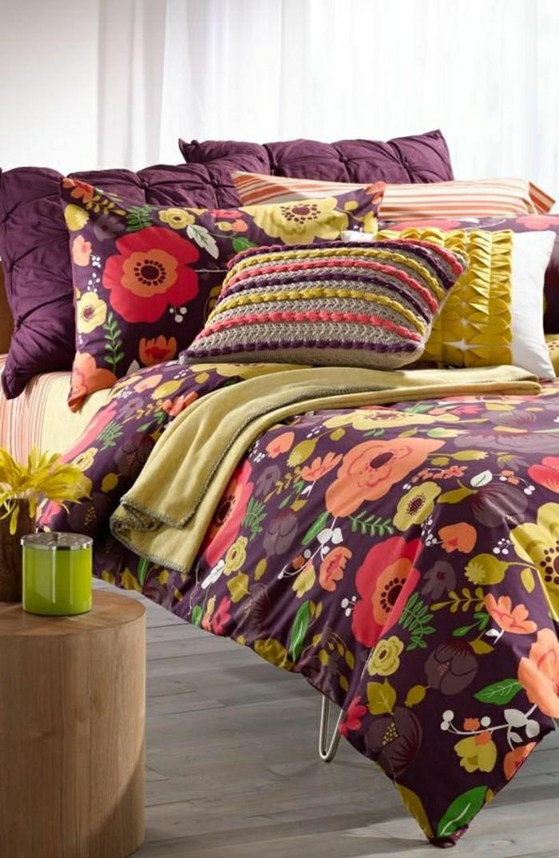 Bettwäsche-Blumenmuster-lila-Grundtönung-bunte-Kissen-Streifen
