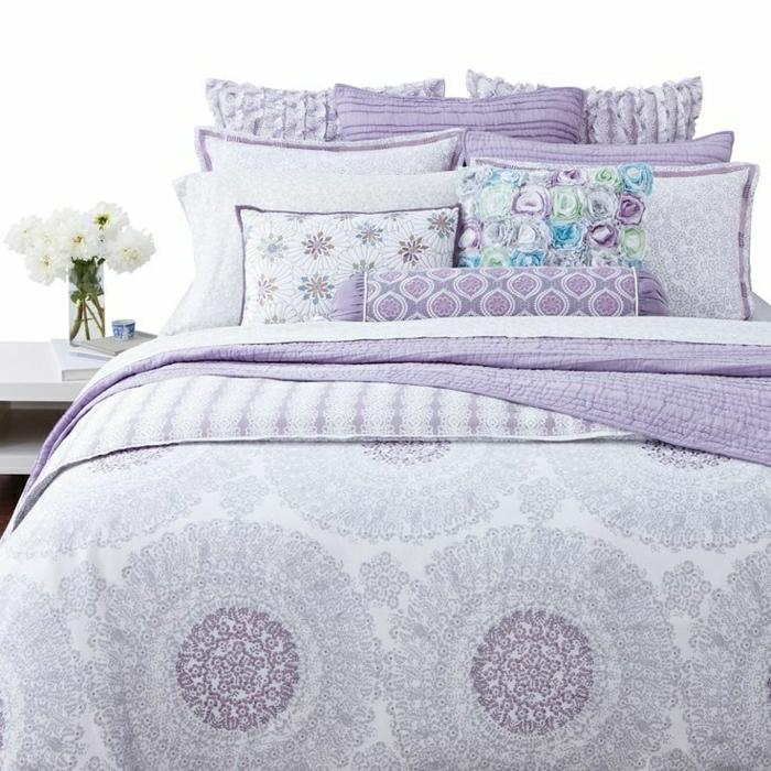 Bettwäsche-Lavendel-Farbe-weiß-Ornamente-süße-Kissen-Vase-weiße-Blumen