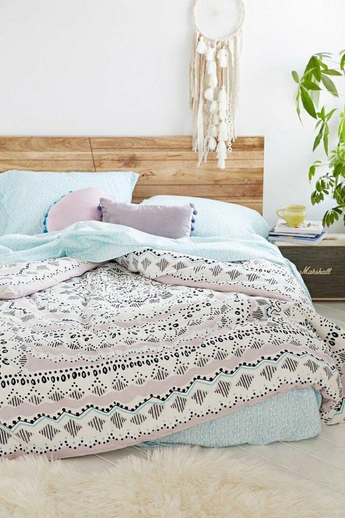 Boho-Chic-Stil-Bettwäsche-Pastellfarben-Traumfänger-hölzernes-Bett-Pflanze-Kaffeetasse-flaumiger-Teppich
