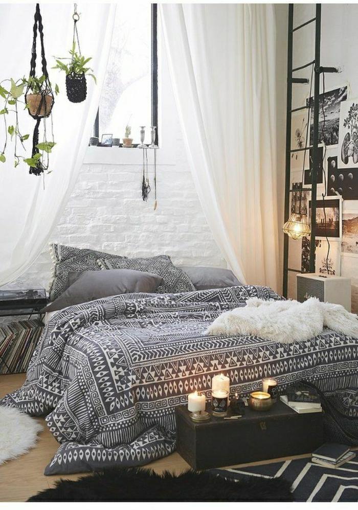 Boho-Chic-Stil-Schlafzimmer-graphisches-Muster-Bettwäsche-hängende-Blumentöpfe-weiße-Gardinen-Ziegelwände-Leiter-Kerzen