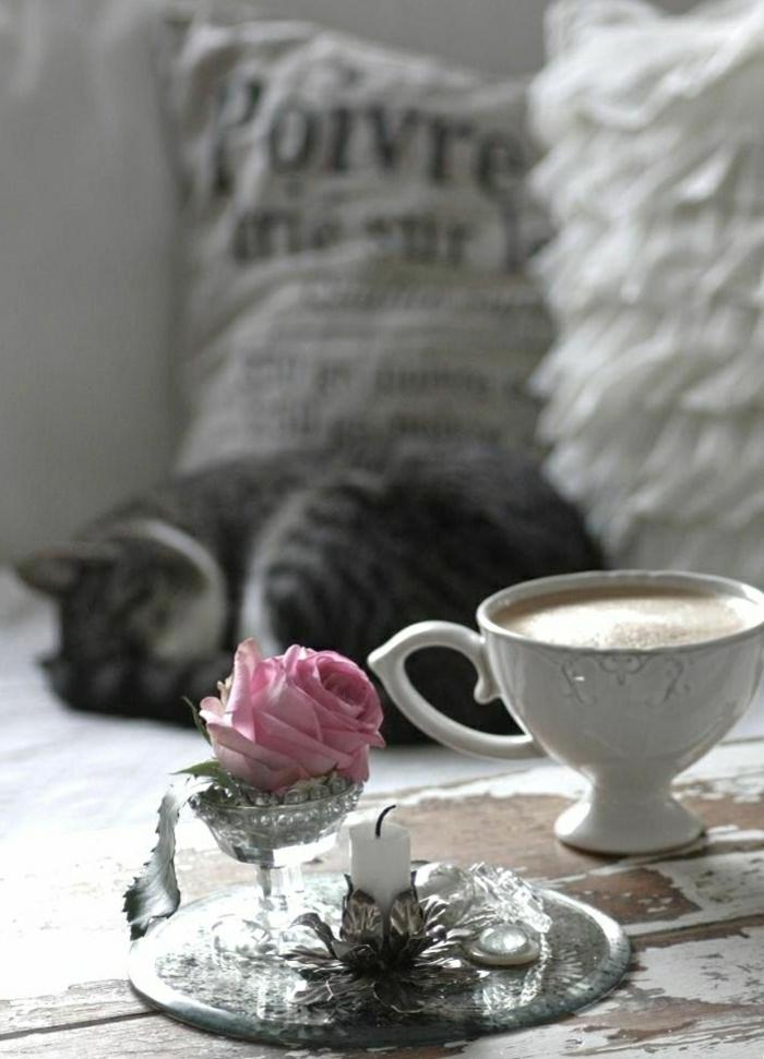 Cappuccino-Kerze-Rose-Kissen-romantisch