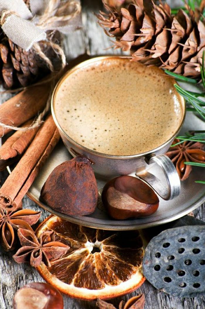 Cappuccino-Tasse-Metall-Trüffeln-Trockenfrüchte-Zimt
