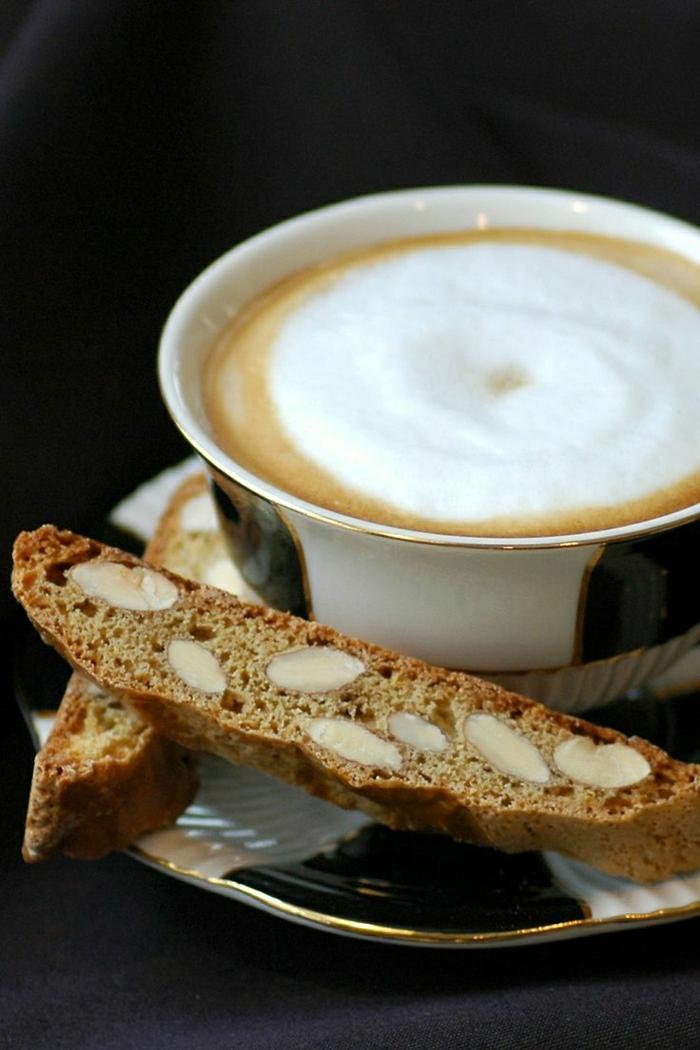 Cappuccino-Tasse-schwarz-weiß-goldene-Details-Biscotti
