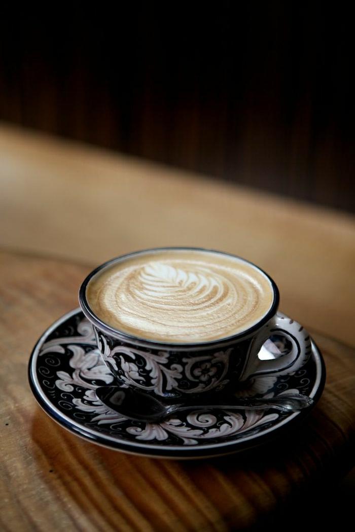Cappuccino-Tasse-schwarz-weiße-Ornamente