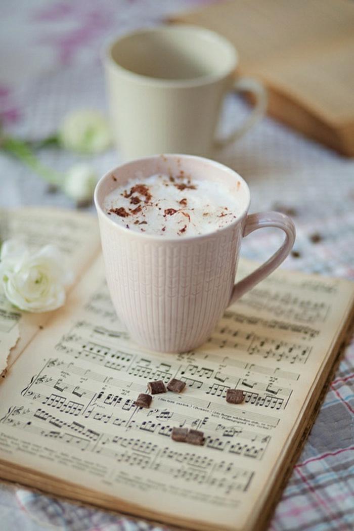 Cappuccino-Tassen-rosa-beige-Musik-Noten