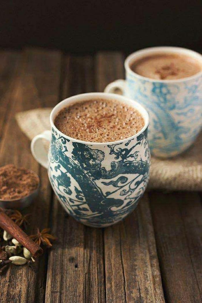 Cappuccino-Tassen-weiße-Grundlage-blaue-Zeichnungen-Zimt