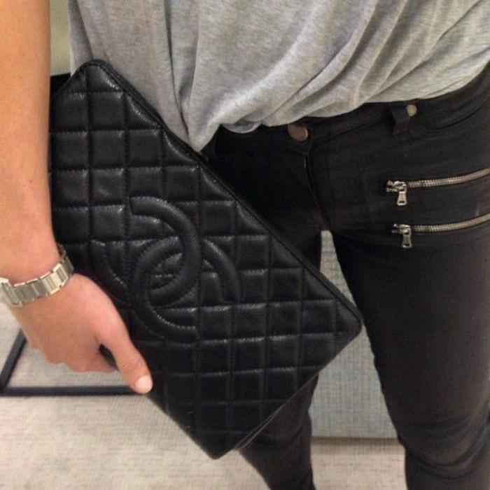 Chanel-Clutch-schwarz-Armbanduhr-T-Shirt-Jeans