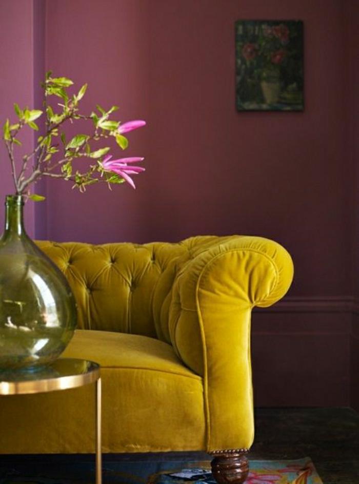Chesterfield-Sofa-Ocker-Farbe-Vase