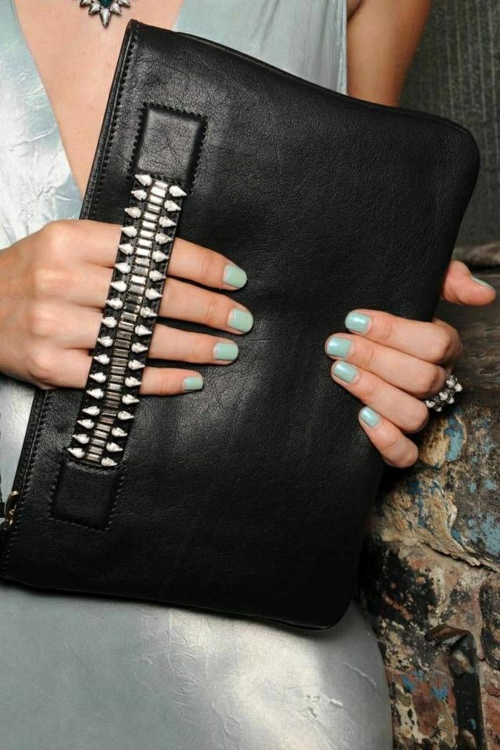 schwarze-Clutch-dekorative-Steine-Kleid-Nagellack-Minze-Farbe