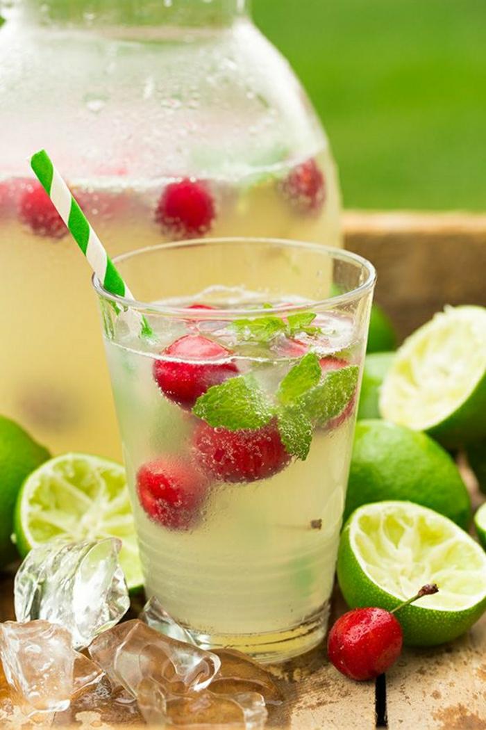 Cocktail-Limonensaft-Sprudelwasser-Kirschen-Minze-alkoholfrei