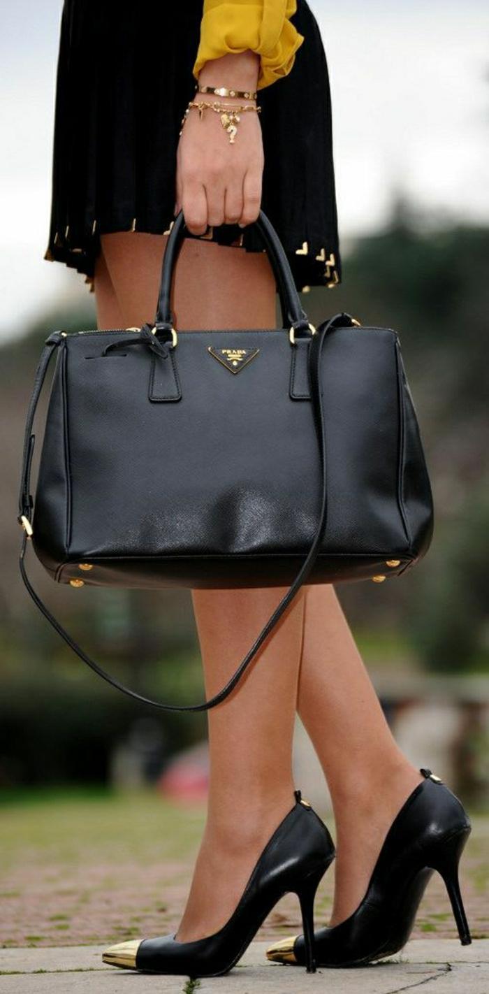 Designer-Prada-Taschen-schwarzes-Modell-kurzer-Rock-schöne-Schuhe