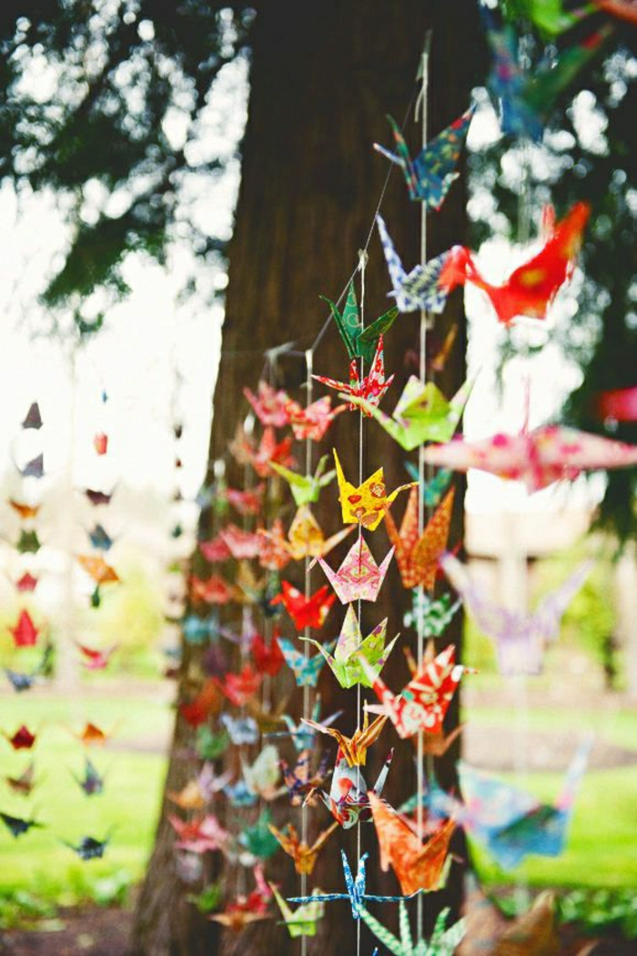 Empfang-im-Freien-Garten-Ereignis-Dekoration-Angelleine-Girlande-Origami-Kraniche-bunt