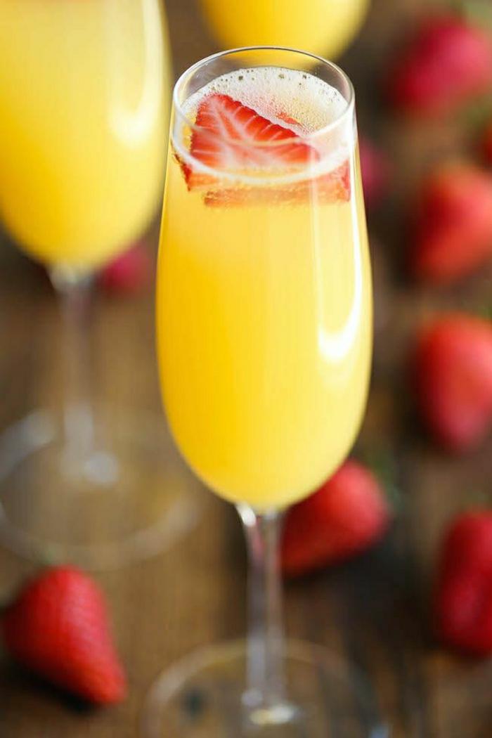 Erdbeeren-Ananas-Mimosen-Sommer-Cocktails