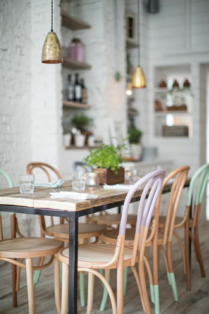 Esszimmer-Pastellfarben-skandinavisches-Design-zweifarbige-Stühle