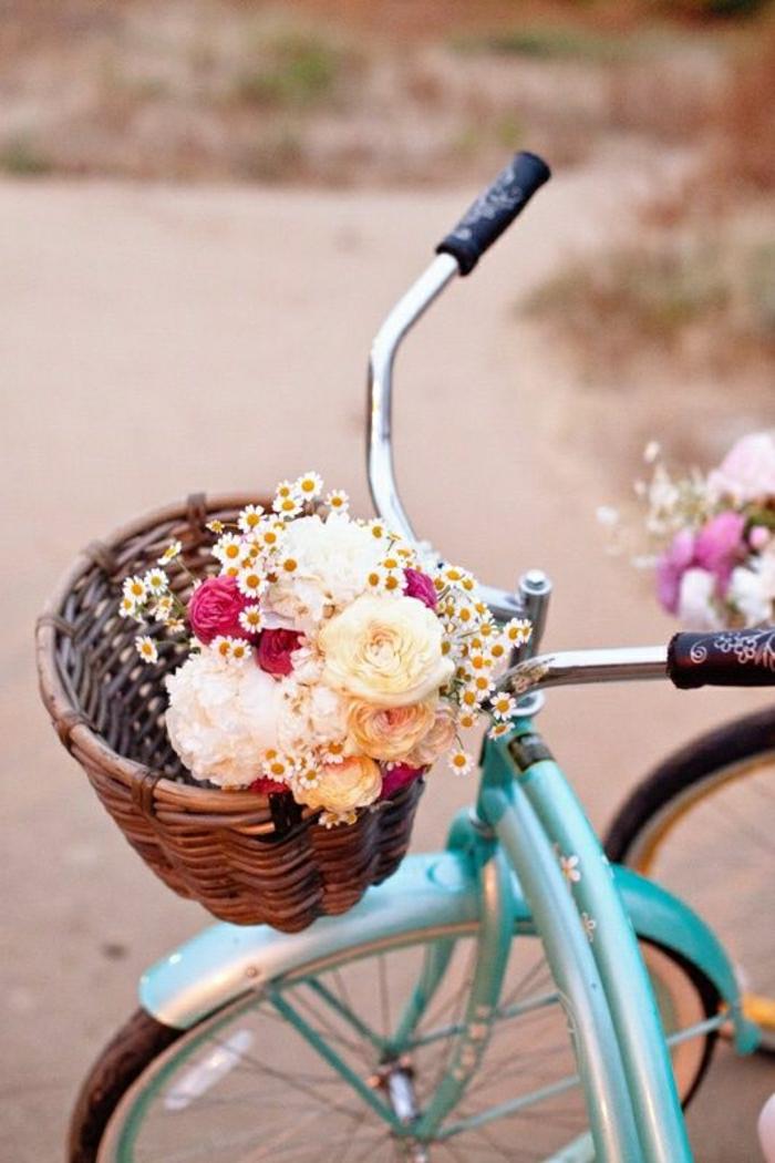 Fahrrad-blau-vintage-dekoriert-Korb-Blumen