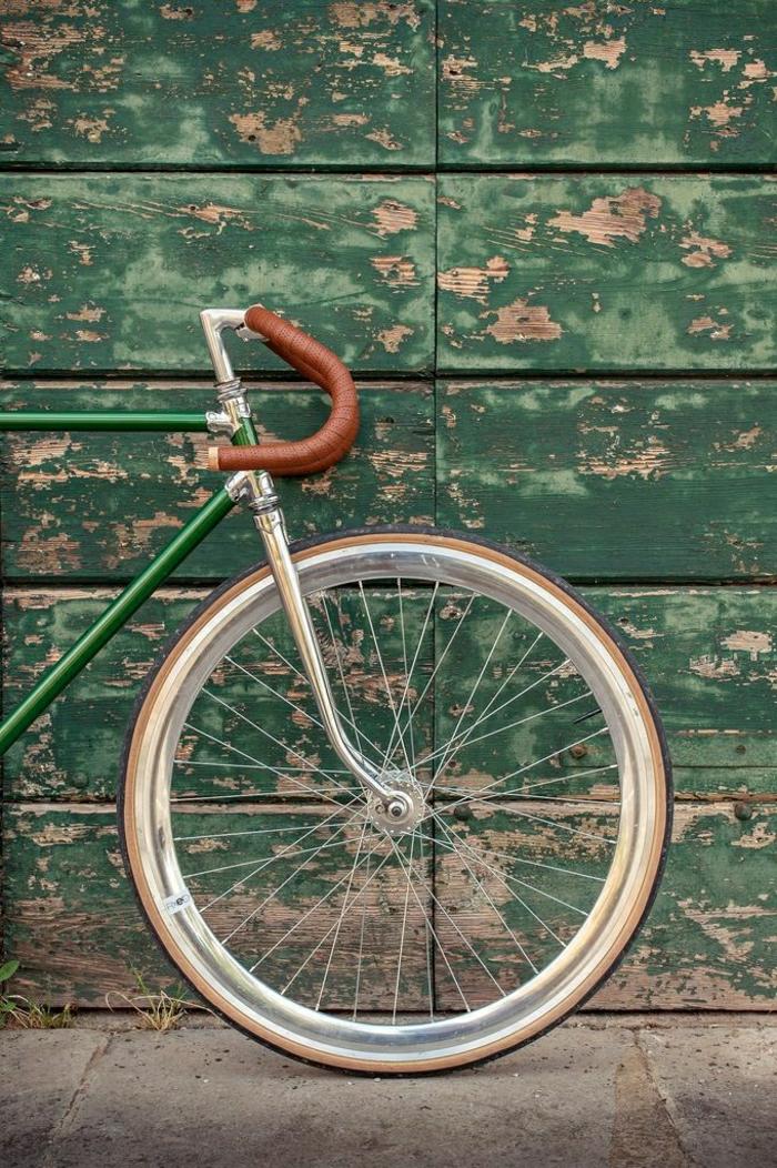 Fahrrad-retro-grüner-Fahrradrahmen-Holzgebäude