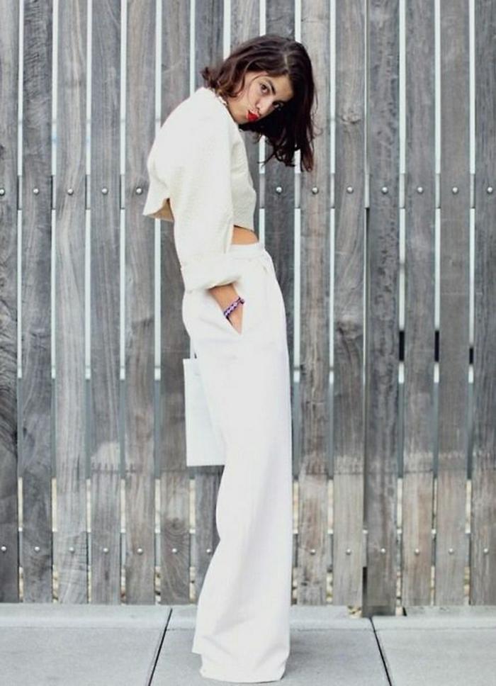 Foto-Modell-weiße-Sommerkleider-breite-Hosen-kurze-Jacke