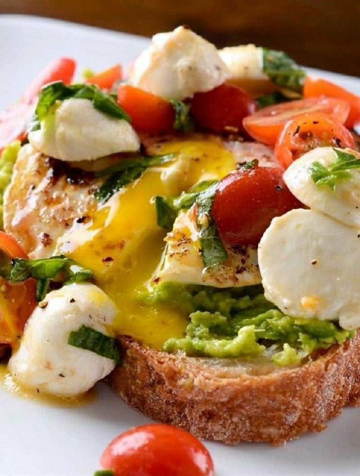Frühstück-Toast-Caprese-Avocado