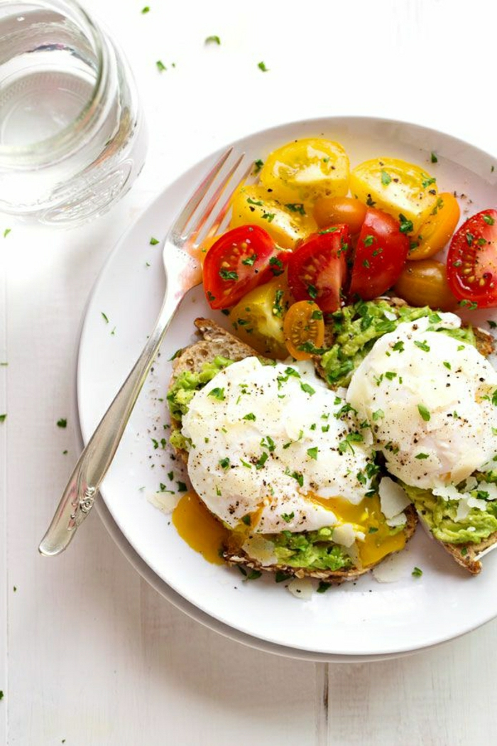 Frühstück-Toast-Eier-Avocado-Parmesan-Garnitur-Heirloom-Tomaten