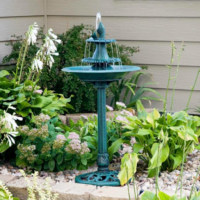 Garden-Hinterhof-türkis-Wasserbrunnen-Fisch-Blumen-Pflanzen-dekorative-Steine