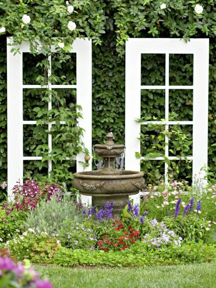 Garten-Blumen-alte-Fensterrahmen-Wasserbrunnen