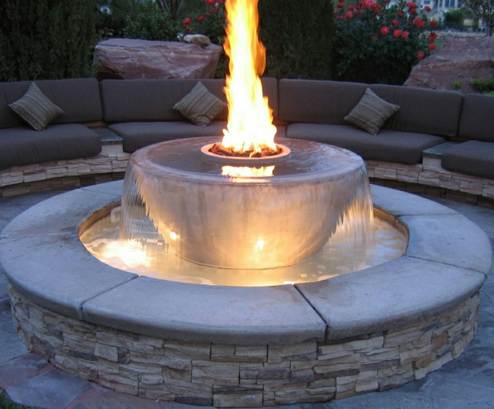 Garten-Wasserbrunnen-Feuer-Stein-Fassade-Sofas-Kissen