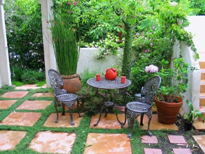 Garten-mediterran-Grün-Stphle-Tisch-Schmiedeeisen-Blumentöpfe-rote-Kanne-Becher