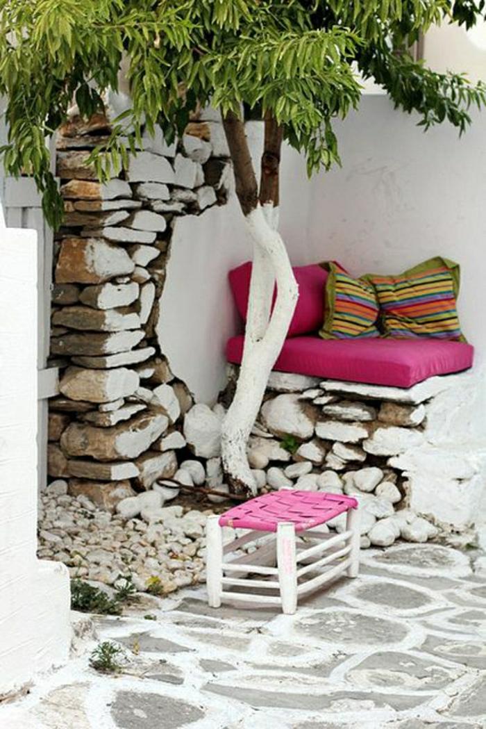 Garten-mediterraner-Stil-Olivenbaum-bunte-Kissen-dekorative-Steine
